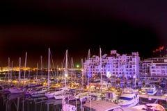 Nachtansicht des Gebäudes in Gibraltar-Hafen lizenzfreie stockfotografie