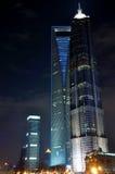 Nachtansicht des Geschäftskontrollturms als Shanghai-Grenzstein Stockbild