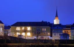 Nachtansicht des Glockenturms von Villach, österreichische Stadt stockfoto