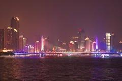 Nachtansicht des Haiyin-Brücken-Bezirks stockfotos