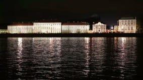 Nachtansicht des Hochschuldammes von St Petersburg durch die Festung Neva Flusses Peter und Pauls, Palastbrücke stock video