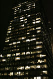 Nachtansicht des hohen Bürohauses Lizenzfreie Stockfotografie