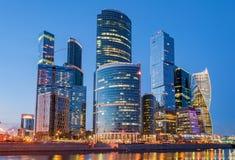 Nachtansicht des internationalen Geschäftszentrums Moskaus, auch gekennzeichnet als Moskau lizenzfreies stockfoto