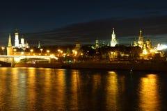 Nachtansicht des Kremls in der goldenen Reflexion im Moskva-Fluss stockfotografie