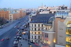 Nachtansicht des Moskaus von einem Höhepunkt (eine Aussichtsplattform auf dem Gebäude des zentralen Speichers der Kinder), Russla Stockfotos