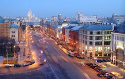 Nachtansicht des Moskaus von einem Höhepunkt (eine Aussichtsplattform auf dem Gebäude des zentralen Speichers der Kinder), Russla Lizenzfreie Stockfotografie