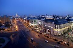 Nachtansicht des Moskaus von einem Höhepunkt (eine Aussichtsplattform auf dem Gebäude des zentralen Speichers der Kinder), Russla Lizenzfreie Stockbilder