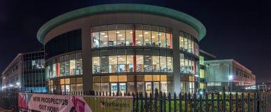 Nachtansicht des Northampton-College-Rekrutierungszeichens Lizenzfreies Stockbild
