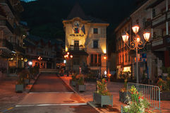 Nachtansicht des Rathauses und der Straße mit Lampe in Heilig-Gervais-Les-Bains Stockbild