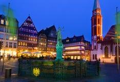 Nachtansicht des Romer Quadrats in Frankfurt Lizenzfreies Stockbild