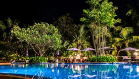 Nachtansicht des schönen Swimmingpools im tropischen Erholungsort, KOH C Stockfoto
