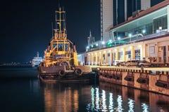 Nachtansicht des Schleppers im Frachthafen lizenzfreie stockfotografie