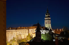Nachtansicht des Schlossturms in Cesky Krumlov Grenzstein der Tschechischen Republik Lizenzfreie Stockfotos