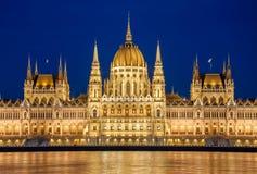 Nachtansicht des ungarischen Parlaments-Gebäudes auf der Bank der Donaus in Budapest, Ungarn Stockbild