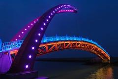 Nachtansicht einer Hängebrücke Stockbild