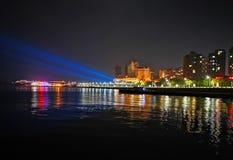 Nachtansicht einer Küstenstadt, Yantai, China stockfotografie
