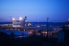 Nachtansicht eines angekoppelten Kreuzfahrtschiffs Lizenzfreies Stockfoto