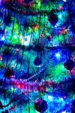 Nachtansicht eines Baums des neuen Jahres mit blinkenden Fackellichtern und Weihnachtsdekorationen stockbild