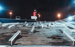 Nachtansicht eines enormen Treppenhauses stockfotografie