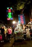 Nachtansicht eines tradicional Telefonverkehrs, Stockbilder