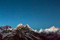 Nachtansicht große Höhe-Gebirgsdes sternenklaren Himmel-Kopienraumes lizenzfreies stockfoto