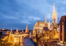 Nachtansicht Matthias Churchs ist- eine Römisch-katholische Kirche, die in Budapest gelegen ist Stockbilder