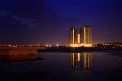 Nachtansicht mit Gebäudereflexion Stockfotografie