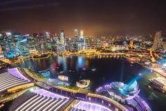 Nachtansicht mit städtischen Wolkenkratzern, Singapur stockfotografie