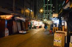 Nachtansicht nassen Marktes des im Freien Stockbild