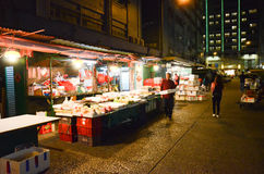 Nachtansicht nassen Marktes des im Freien Stockbilder