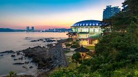Nachtansicht an Nurimaru APEC-Haus in Dongbaekseom-Insel, Haeundae-Bezirk, Südkorea stockbilder