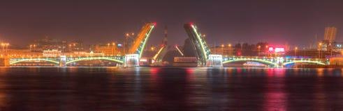 Nachtansicht offener Birzhevoy-Brücke und der Tuchkov-Brücke Stockfotos