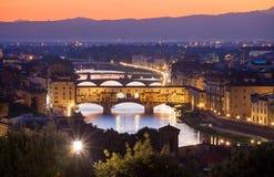 Nachtansicht Ponte Vecchio über der Arno-Fluss in Florenz Lizenzfreie Stockfotos