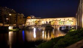 Nachtansicht Ponte Vecchio über der Arno-Fluss in Florenz Stockfotos