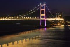 Nachtansicht Tsing MA der Brücke und der Reflexion Stockbild