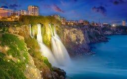 Nachtansicht unteren Duden-Wasserfalls in populärem Badeortci lizenzfreie stockfotos