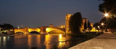 Nachtansicht Veronas, Italien des Scaligers-Schlosses lizenzfreie stockfotos