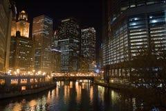 Nachtansicht vom Chicago-Fluss lizenzfreie stockfotos