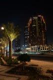 Nachtansicht von Abu Dhabi-Wolkenkratzern, Vereinigte Arabische Emirate Stockfotos
