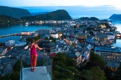Nachtansicht von Alesund Schöne Lichter und Reflexionen im Meer norwegen Stockfotografie