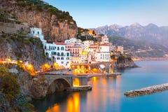 Nachtansicht von Amalfi auf Küstenlinie von Mittelmeer, Italien lizenzfreie stockbilder
