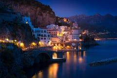 Nachtansicht von Amalfi auf Küstenlinie von Mittelmeer, Italien lizenzfreies stockfoto
