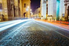 Nachtansicht von Ampeln in der Straße in Prag, Tschechische Republik Stockbild