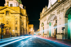 Nachtansicht von Ampeln in der Straße in Prag, Tschechische Republik Stockfoto
