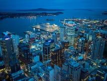 Nachtansicht von Auckland, Neuseeland von der Himmel-Plattform des Himmel-Turms Stockfotografie