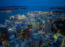 Nachtansicht von Auckland, Neuseeland von der Himmel-Plattform des Himmel-Turms Lizenzfreie Stockfotos