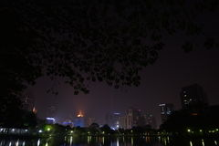 Nachtansicht von Bangkok von Lumpini-Park, Bangkok, Thailand. Stockbild