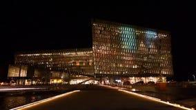 Nachtansicht von belichtetem Harpa, Reykjavik, Island stock footage