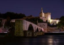 Nachtansicht von Brücke St. Benezet mit Palast von Papst in Avignon, Frankreich die Rhone im Vordergrund lizenzfreies stockfoto
