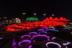 Nachtansicht von bunten Brunnen in Abu Dhabi, Vereinigte Arabische Emirate Stockbilder